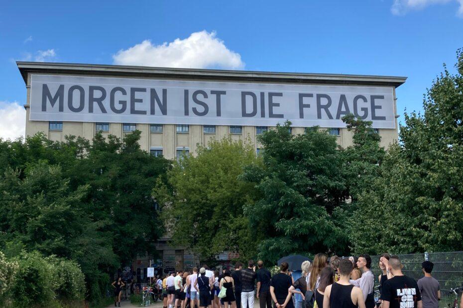 Berghain Schlange vor Tür (Sommer 2021)